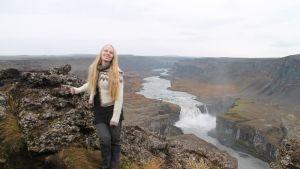 Maarit Tolppanen Pohjois-Islannissa Dettifoss-vesiputouksen lähellä