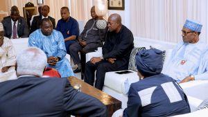 Presidentit ja joukko muita ihmisiä istuvat sohavaryhmässä ja sen ympärillä.