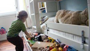 lapsi lelulaatikolla