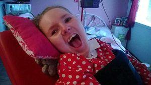 Marika Kinnunen vammautui 2,5-vuotiaana pahasti auto-onnettomuudessa, ja on siitä lähtien ollut täysin toisten avun varassa. Hän asuu kotona, äiti toimii  omaishoitajana.