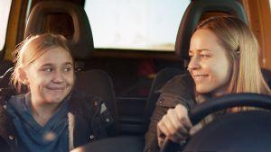 Linnea Skog ja Paula Vesala elokuvassa Tyttö nimeltä Varpu.