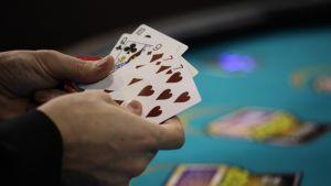 Pokerin pelaamista.