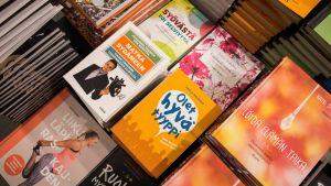 Nykyään kiinnostavat henkiseen hyvinvointiin keskittyvät kirjat.