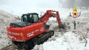 Pelastajat raivasivat lumivyöryn tuhoja tiistaina 24. tammikuuta 2017 Farindolassa. Lumivyöryn alle hautautuneesta hotellista löydettiin seuraavana päivänä kuusi kuollutta lisää.