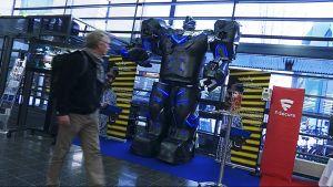 Jani Lehtovirran ja opiskelijatiimin rakentama Teraleon robotti Oulun yliopiston aulassa 26.1.2017