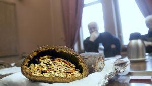 Kuopion Tammimarkkinoilla kisattiin kalakukon leivonnassa.