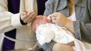 Pappi kastaa lasta.