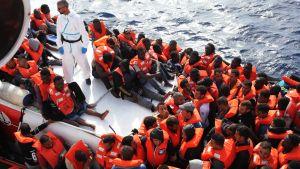 Mereltä pelastettuja pakolaisia Välimerellä Libyan rannikon edustalla lokakuussa 2016.