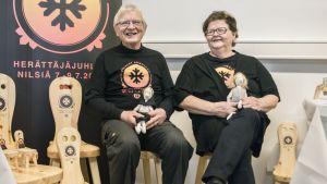 Paavon pallien nikkaroija Erkki Rissanen ja idean äiti Eila Hiltunen istuvat Paavon palleilla.
