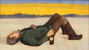 mies makaa maassa pullo kädessä
