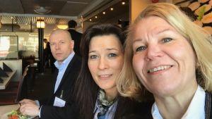Kangasniemen kunnanjohtaja Johanna Luukkosen selfie, jossa lisäksi Pälkäneen kunnanjohtaja Janita Koivisto ja Iitin kunnanjohtaja Riku Rönnholm.