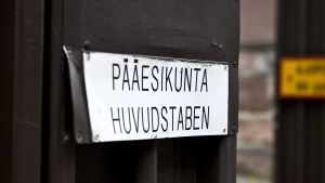 Pääesikunta-kyltti pääesikuntarakennuksessa Helsingissä.