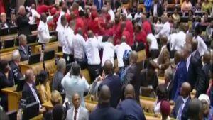 Tappelu Etelä-Afrikan parlamentissa.