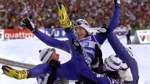 Janne Immonen, Harri Kirvesniemi ja Sami Repo heittivät Mika Myllylää ilmaan 22. helmikuuta 2001 Lahden  MM-kisoissa, joissa tämä voitti kultaa suorituksellaan.