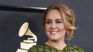 Pop-tähti Adele saapuu Grammy-gaalaan.