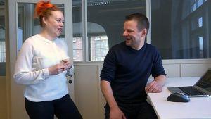 Mies ja nainen keskustelevat vilkkaasti