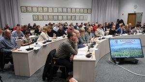 Kangasalan kunnanvaltuusto kuuntelee äänestystulosta.