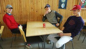Kolme nuorta Ruotsin ylitorniolaista nuorta lukiolla.