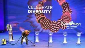Mies imuroi lavaa ennen euroviisujen semifinaalin esiintymisjärjestyksen arvontatilaisuutta Kiovassa.