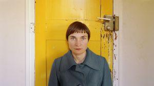 Elina Brotherus: La Chambre 10 (la porte jaune), 2012, sarjasta 12 ans après (portfolio 12 ans après, 2014, 40x50cm).
