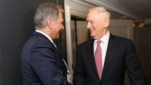 Presidentti Sauli Niinistö ja Yhdysvaltain puolustusministeri James Mattis kahdenvälisessä tapaamisessa Münchenin turvallisuuskonferenssissa perjantaina.