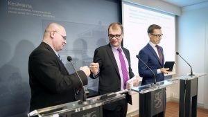 Oikeus- ja työministeri Jari Lindström (vas) ja  Pääministeri Juha Sipilä tekevät nyrkkitervehdyksen hallituksen tiedotustilaisuudessa Kesärannassa Helsingissä keskiviikkona 2. maaliskuuta 2016.