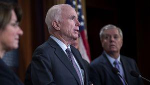 Arizonan senaattori John McCain (kesk.) ja Etelä-Carolinan senaattori Lindsey Graham (oik.) tiedotustilaisuudessa Washingtonissa 10. tammikuuta 2017.