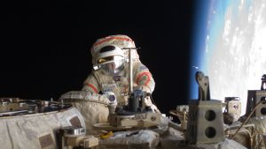 Iss avaruuskävelyä