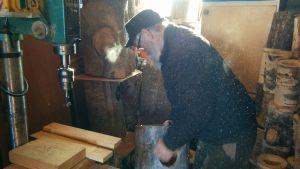 Linnunpöntöt valmistuvat Seppo Liikalan osaavissa käsissä.