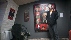 Täytetty sika on nähnyt vallankumouksen.Taiteilija Nikolai Vasiljev ja Kolhui-taiteilijaryhmä pystyttivät vallankumousnäyttelyn galleria Siankärsään Pietariin.