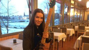 Erja Lyytinen kitaransa kanssa