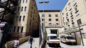 Italialainen sairaala, jonka on edessä ambulansseja