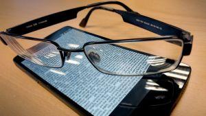Silmälääkärien mielestä ei ole mitään periaatteellista eroa, luetaanko samankokoista tekstiä älypuhelimenruudulta tai paperilta