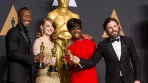Parhaan miessivuosan Oscarin voittanut Mahershala Ali (vas.), parhaan naispääosan Oscarilla palkittu Emma Stone, parhaan naissivuosan Oscarin voittanut Viola Davis ja parhaan miespääosan Oscarin saanut Casey Affleck.