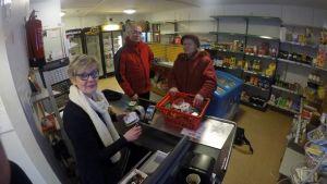 Leena Martikainen asioi kyläkaupassa maanantaina illansuussa. Paikalla olivat myyjä Virve Oinonen-Lamberg ja osuuskunnan Ilkka Pekonen.