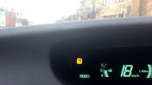 Auto varoittaa liukkaudesta.