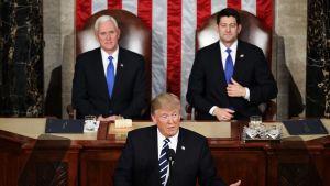 Yhdysvaltain presidentti Donald Trump piti ensimmäisen puheensa Yhdysvaltain kongressille. Hänen takanaan istuvat Mike Pence (vas.) ja Paul Ryan (oik.).