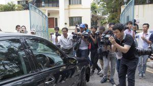 Media seuraa epäiltyjen autoa.