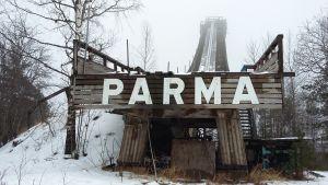 Liedon Parmaharjulla seisova hyppyrimäki.