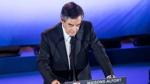 François Fillon puhujakorokkeen takana.
