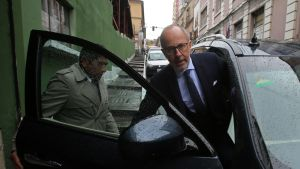 Ranskan suurlähettiläs Denys Wibaux (oikealla) on keskustellut kiistellystä videopelistä Bolivian ulko- sekä sisäministerin kanssa La Pazissa.