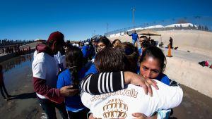 Sadat paperittomat meksikolaiset maahantulijat elävät erossa perheistään. Jotkut heistä tapasivat sukulaisiaan Meksikon ja Yhdysvaltojen rajalla tammikuun lopulla.