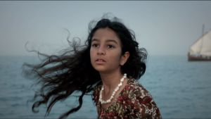 Tyttö ja meri, purjevene horisontissa
