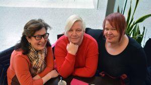 kolme naista kahvilassa