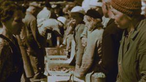 Herneitä ja mansikoita myynnissä Helsingin Kauppatorilla vuonna 1936. Stillkuva filmistä Helsingfors, Finland 1936