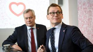 Puheenjohtaja Antti Rinne ja puoluesihteeri Antton Rönnholm (oik.) SDP:n kuntavaaleja koskevassa tiedotustilaisuudessa Helsingissä 9. maaliskuuta 2017.