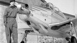 Mies seisoo lentokoneen vieressä