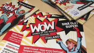 WOW Finland -festivaalin esitteitä pöydällä