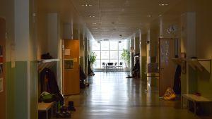 Tyhjä koulun käytävä
