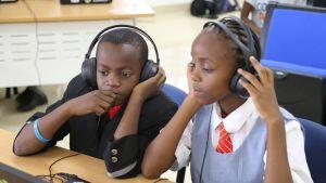 Lähes 2000 afrikkalaista nuorta saa koodibussin kautta parin seuraavan kuukauden aikana suomalaista luovan koodauksen opetusta kymmenessä Afrikan maassa